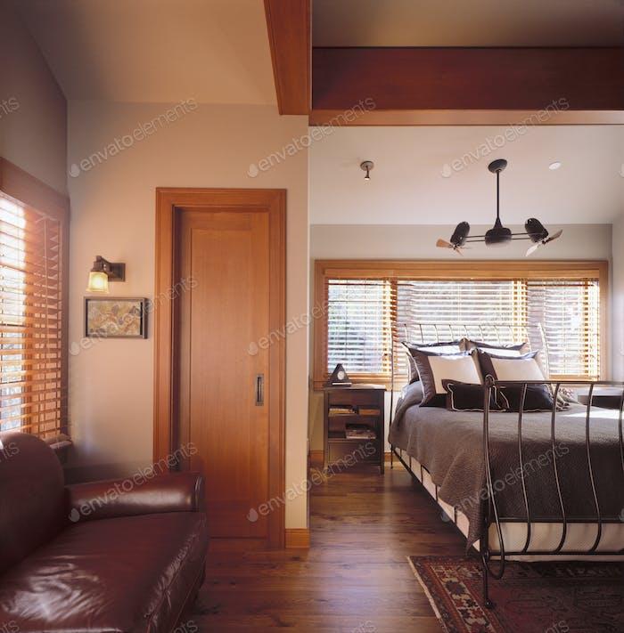 Dormitorio con sofá