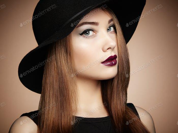 Modefoto von jungen prächtigen Frau im Hut. Mädchen posiert