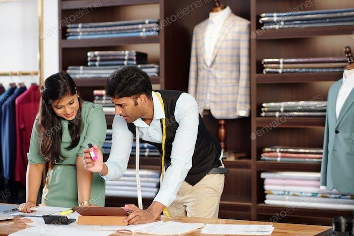 Team von indischen Schneidern bei der Arbeit