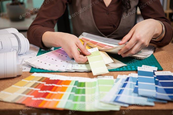 Nahaufnahme Bild von Farbkarten auf Architekt Schreibtisch