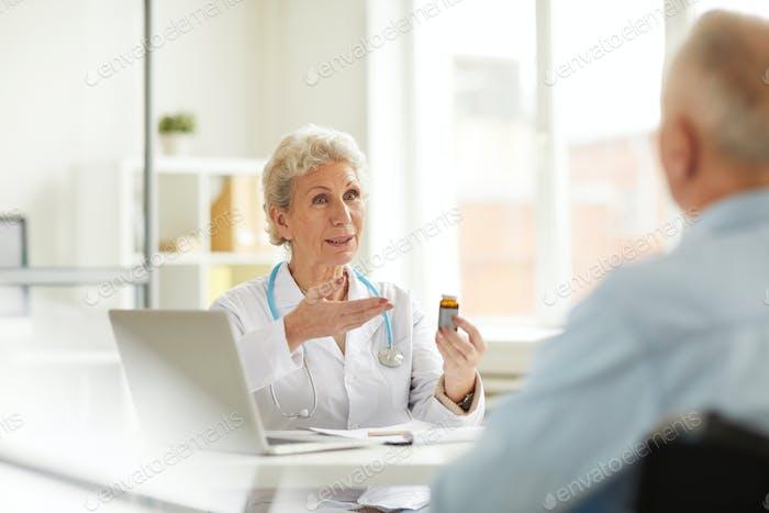 Senior Doctor bietet Pillen an