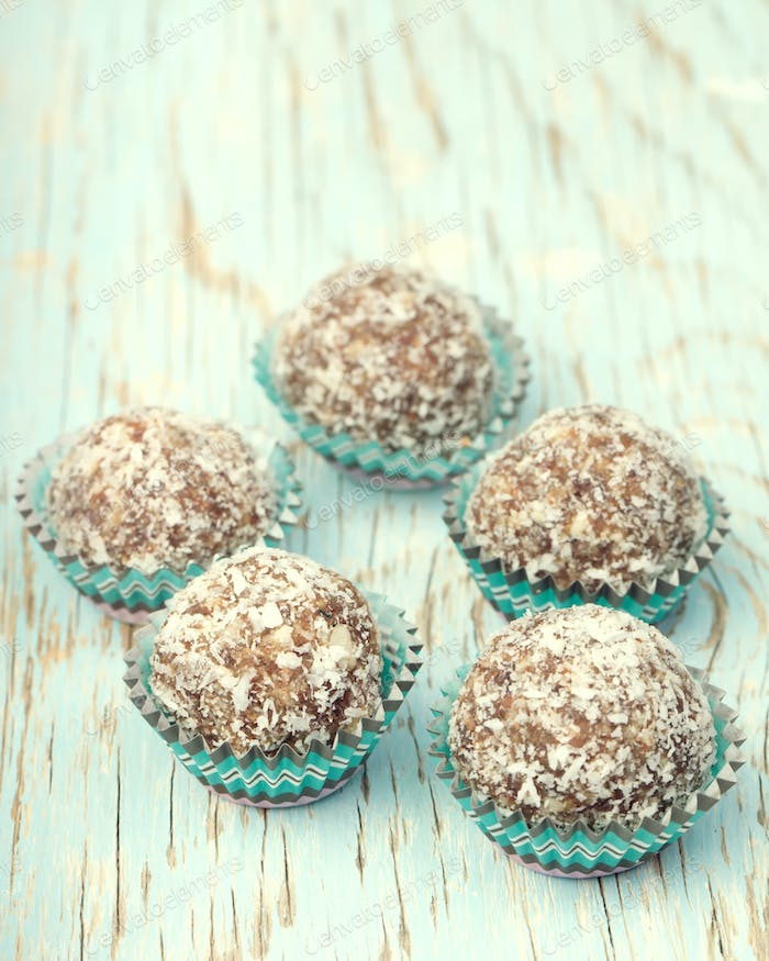 Handmade energy balls made from moroccan dates, almond and cocon