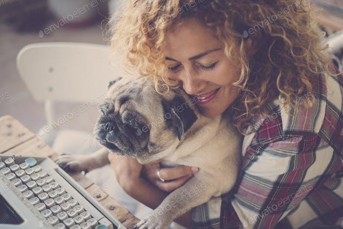 Liebeskonzept für schöne Frau und ihr bester Freund alter Hund