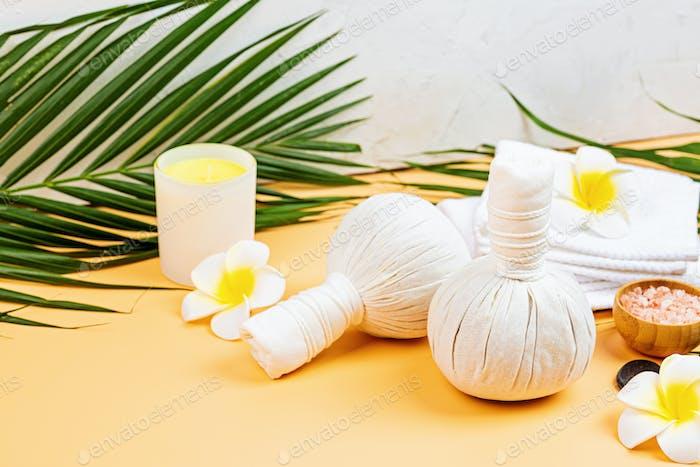 Pflanzliche Massagetaschen für Spa