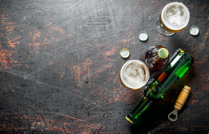 Bier in Gläsern und Flaschen mit Öffner und Abdeckungen.