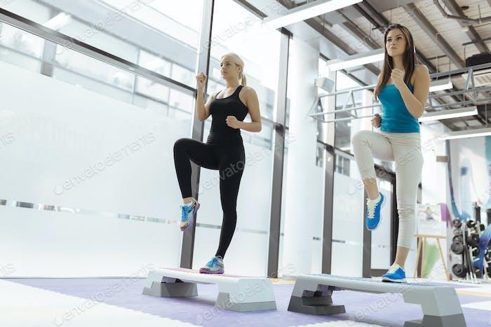 Schöne Frauen trainieren Aerobic