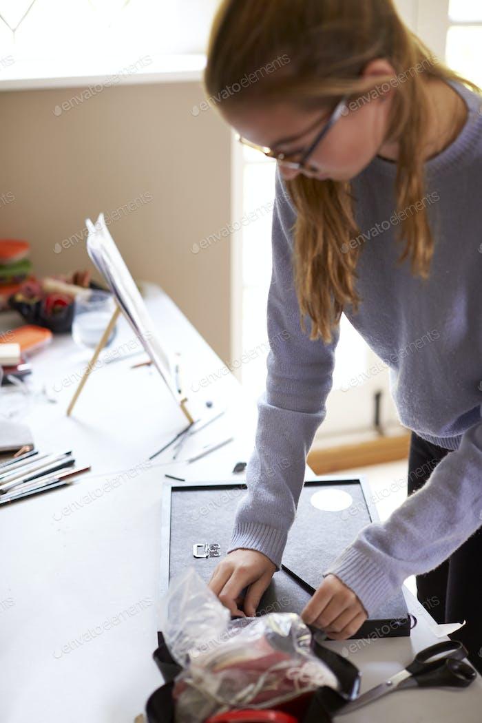 Female Teenage Artist Framing Bild In Studio