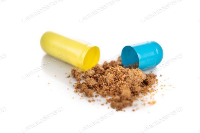 Nahaufnahme der geöffneten Medizin Kapsel enthüllt Pulver Wirkstoffe Wirkstoffe