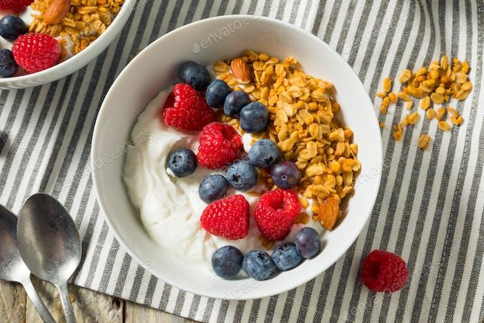 Gesunder Bio-griechischer Joghurt mit Müsli und Beeren