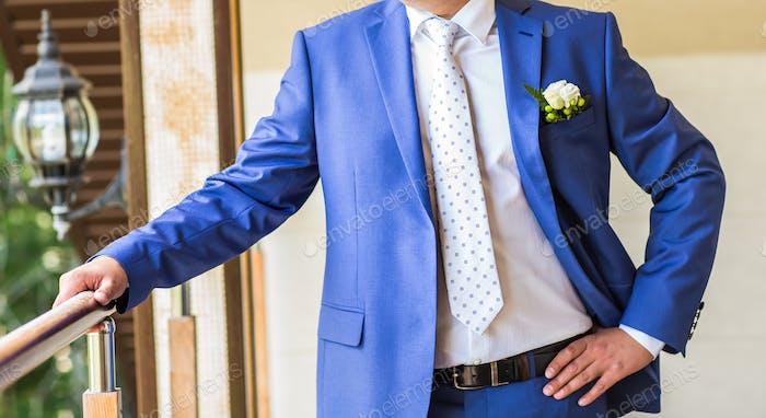 Schöner Bräutigam beim Hochzeitsmoking.