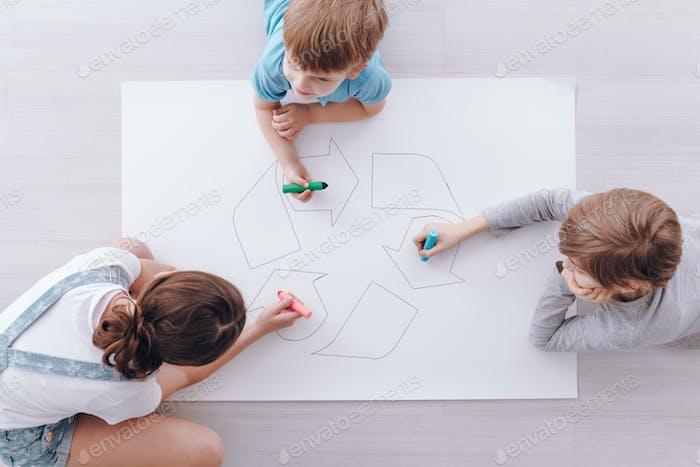 Kinder zeichnen ein Plakat