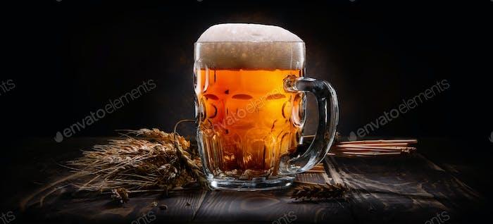 Bier auf schwarzem Hintergrund