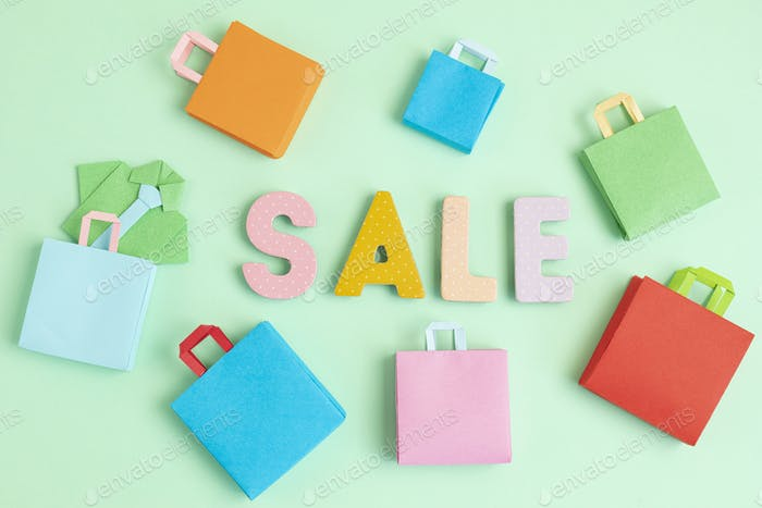 Venta de palabras y bolsas de papel de compras. Venta sesonal, ofertas online, descuentos, promoción, compras