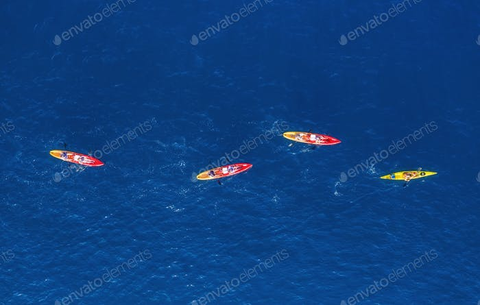 Kajaks und Kanus. Blick aus der Luft