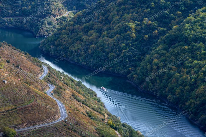 A boat sails the Sil river canyon