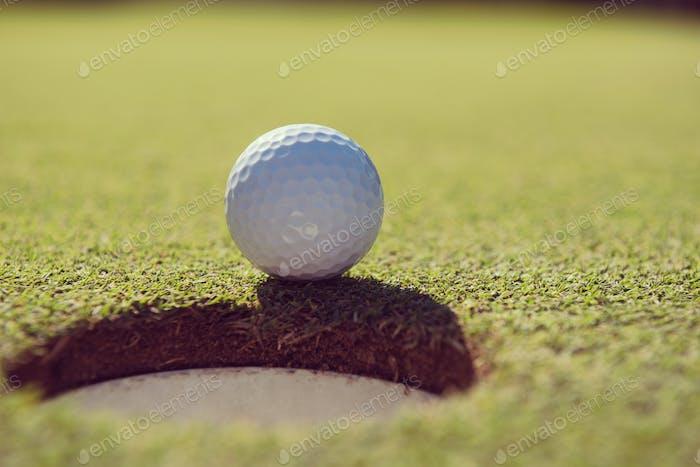 Golfball im Loch
