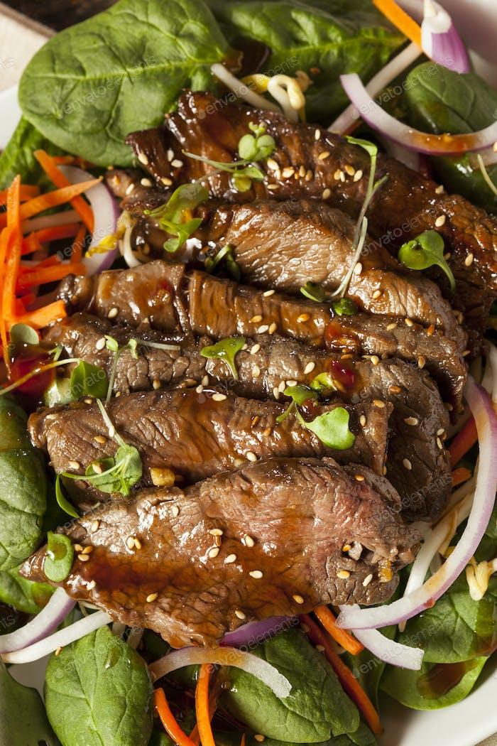 Asiatisch geschnittener Rindfleischsalat