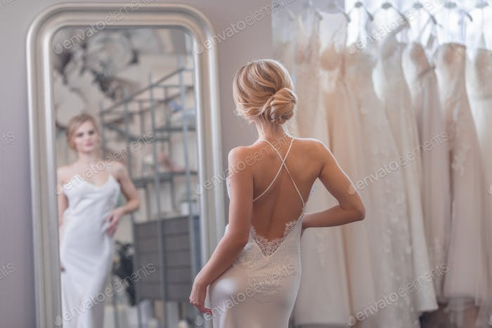 Schöne Braut am Spiegel