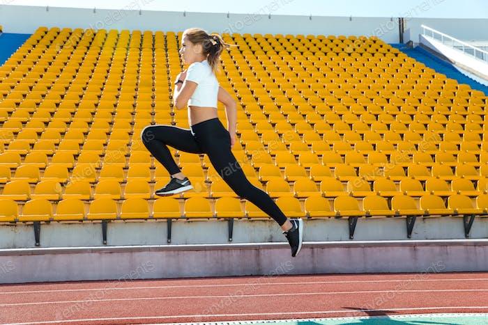 Frau läuft im Stadion