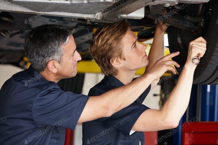 Mechanik bei der Arbeit
