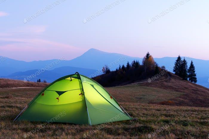 Grünes Zelt von innen beleuchtet