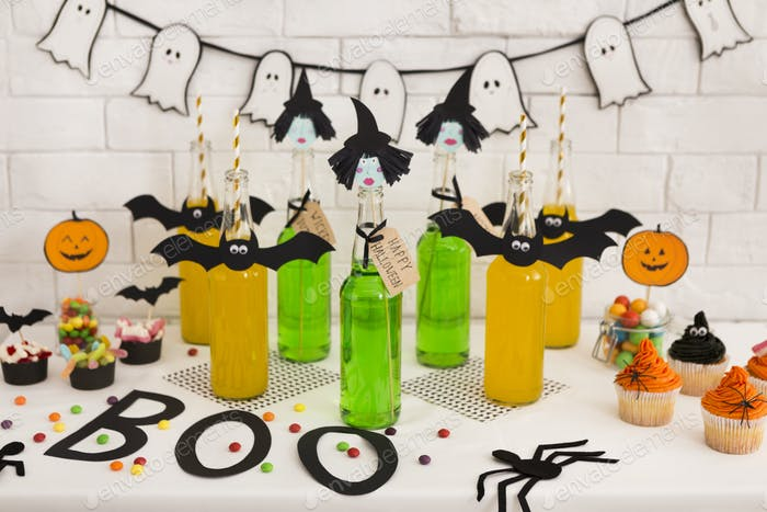 Halloween-Party im Büro mit frischen giftigen Cocktails und Dekorationen