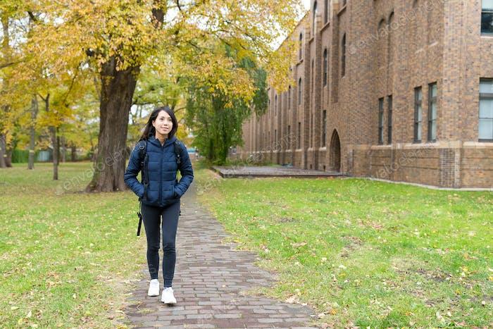 Student zu Fuß zur Schule