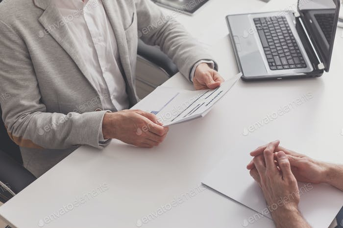 Интервью работы в офисе. менеджер ч чтение резюме соискателя работы