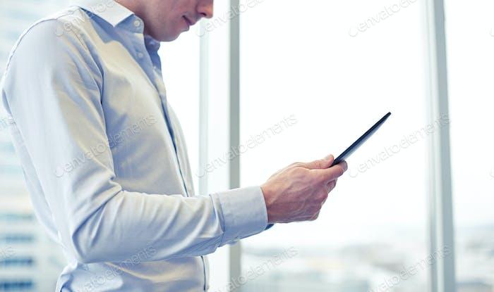 Empresario con tablet pc en la oficina