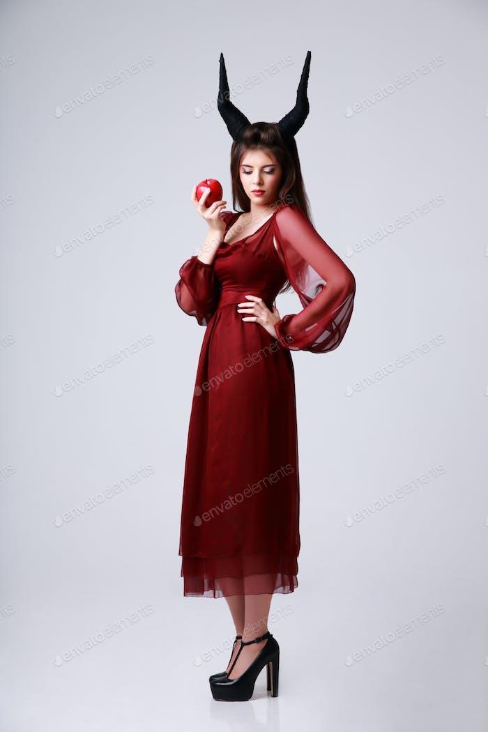 In voller Länge Porträt einer schönen Frau in rotem Kleid auf grauen Hintergrund