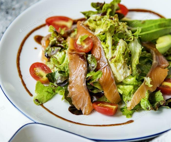 Lachssalat gesundes Menü