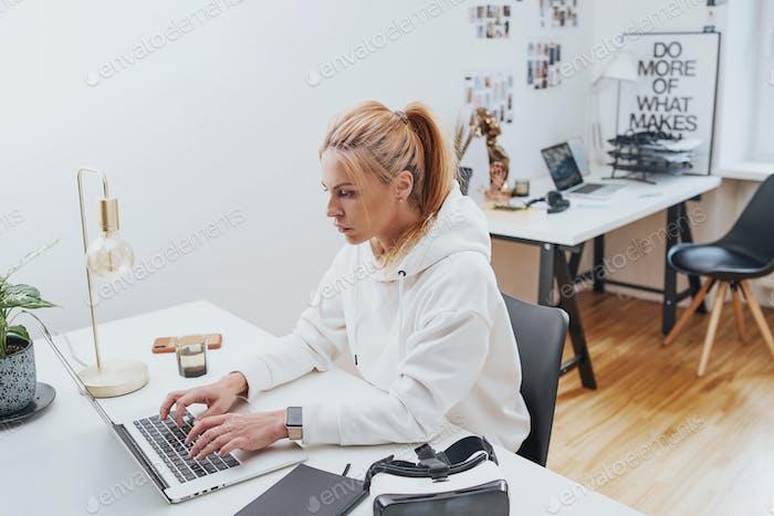 Schöne weibliche Geschäftsleute auf Laptop sitzen am Tisch