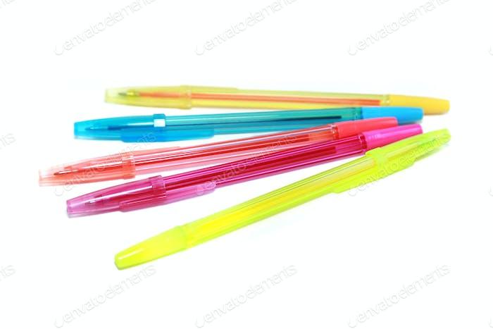 Bunte Stifte auf weißem Hintergrund