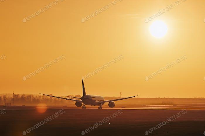 Flugzeug auf der Landebahn des Flughafens