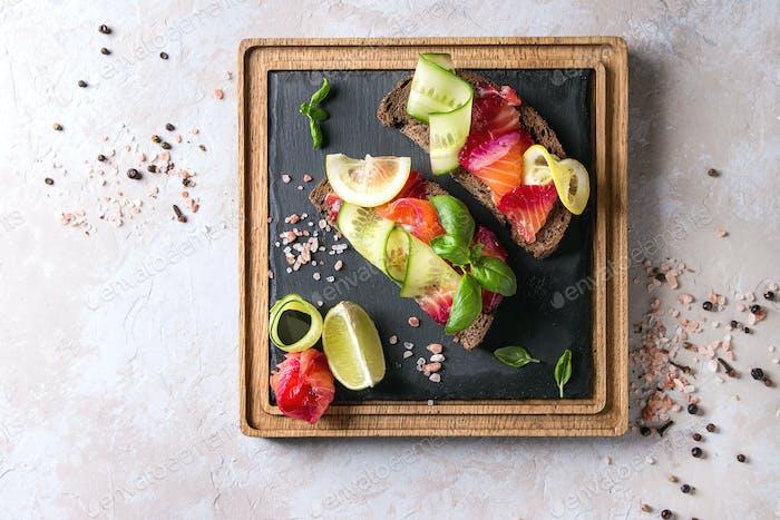 Rote Beete marinierte Lachs-Sandwiches