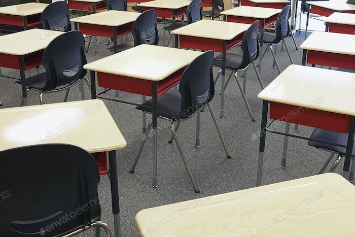Schülertische im Klassenzimmer