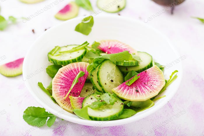 Frischer Salat von Gurken, Wassermelonen Radieschen und Rucola