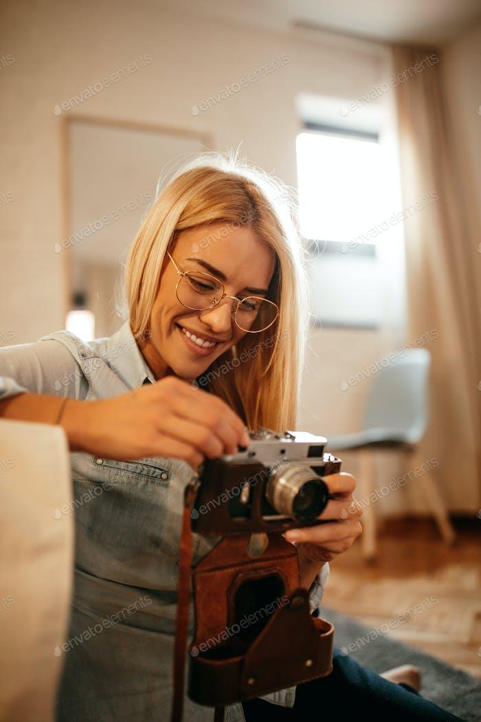 Ella está aprendiendo sobre fotografía