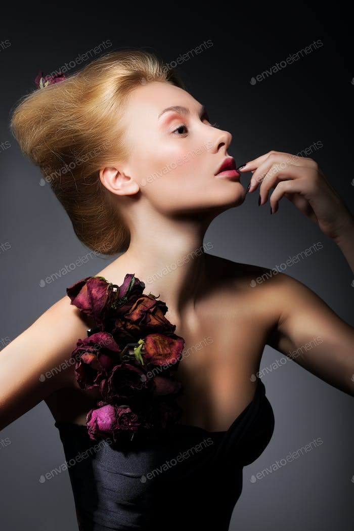 Junge erwachsene Frau trägt trägerlosen Kleid mit Rosen