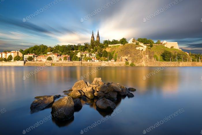 Berühmte Vysehrad Kirche an sonnigen Tagen. Moldau, Prag, Tschechische Republik