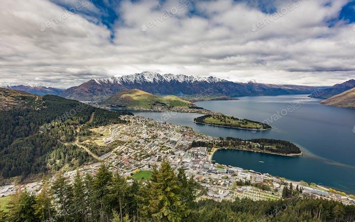 Panoramablick auf The bemerkenswerte, Lake Wakatipu und Queenstown,