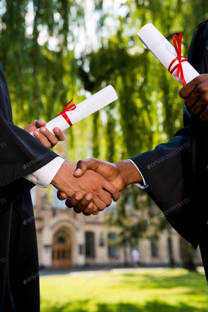 Felicitando con la graduación.