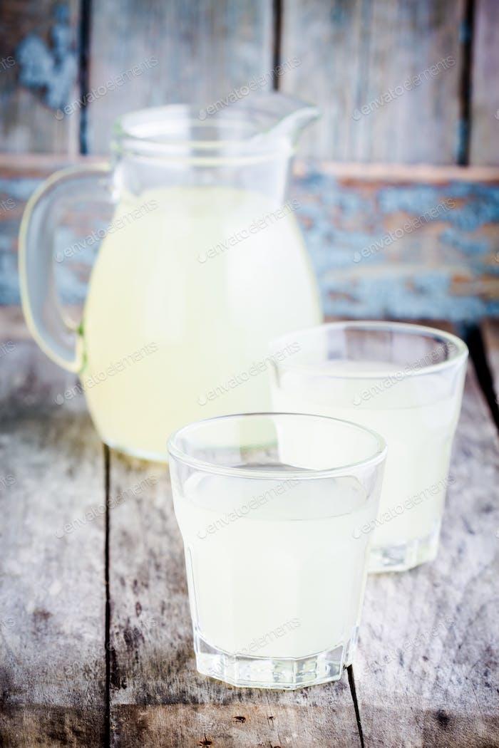 Zitrusfrüchte kalt hausgemachte Limonade auf Holztisch