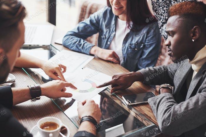 Gruppe von lässig gekleideten Geschäftsleuten diskutieren Ideen. Kreative Profis versammelt