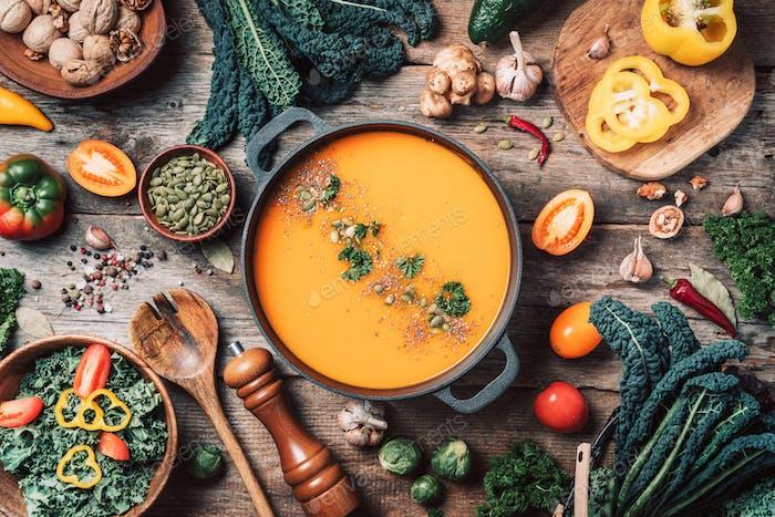 Vegane Ernährung. Herbsternte. Gesundes, sauberes Essen und Essen Konzept. Keine Verschwendung. Kürbissuppe mit