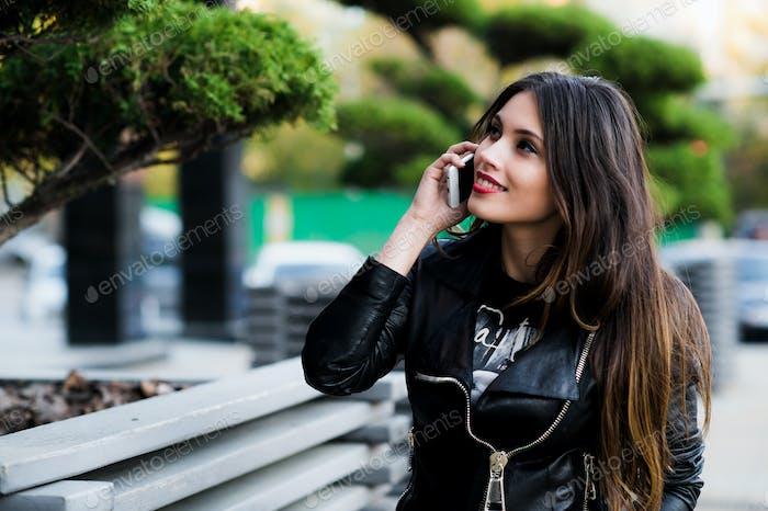Schöne Frau im Gespräch am Telefon