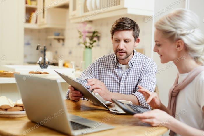Junges Paar diskutieren Finanzen in der Küche