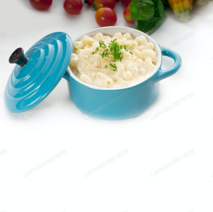 mac und Käse auf einem blauen kleinen Tontopf