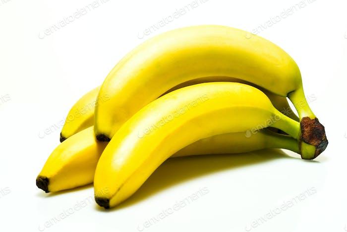 Bündel reifer Bananen auf weißem Hintergrund