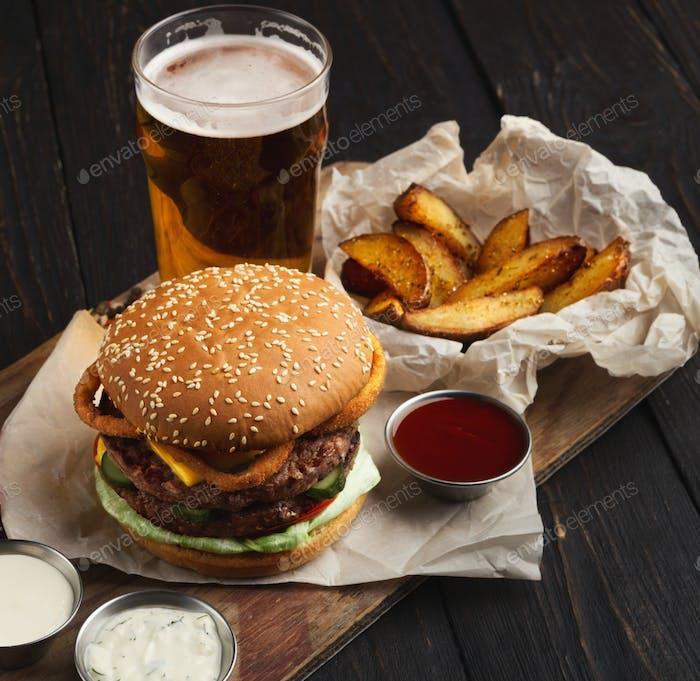 Fast-Food-Restaurant Gericht. Hamburger und Pommes Frites Keile